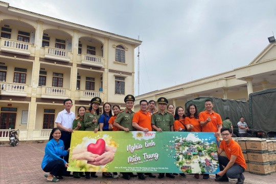 TTP PHU YEN WITH HA TINH STUDENTS GO THROUGH HISTORY FLOOD TO SCHOOL